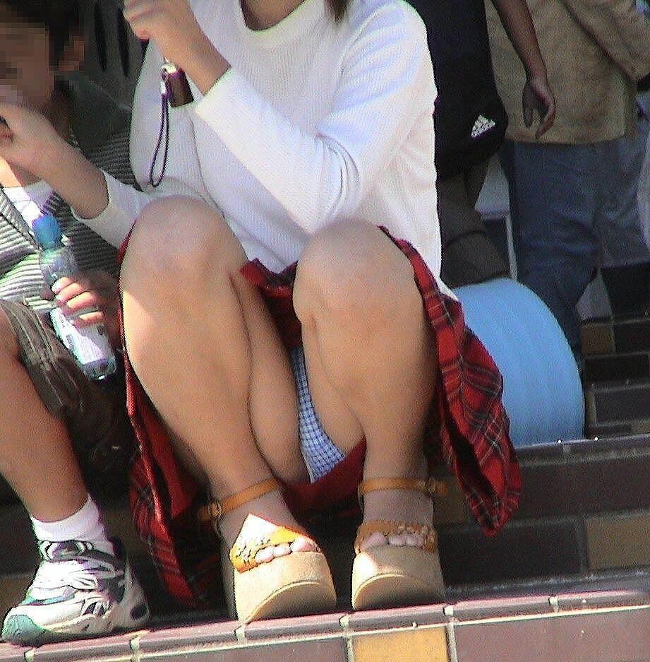 【子連れママパンチラエロ画像】公園で子供を遊ばせてるおかーさん、パンツまる見えですよwww その15