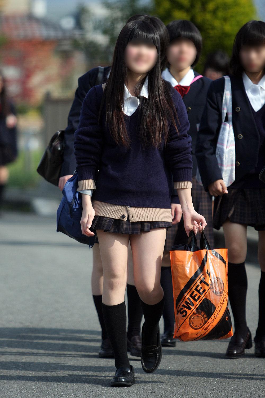 【街撮りJKエロ画像】集団で登下校する女子高生の太ももに(;´Д`)ハァハァするんだがwwww その8