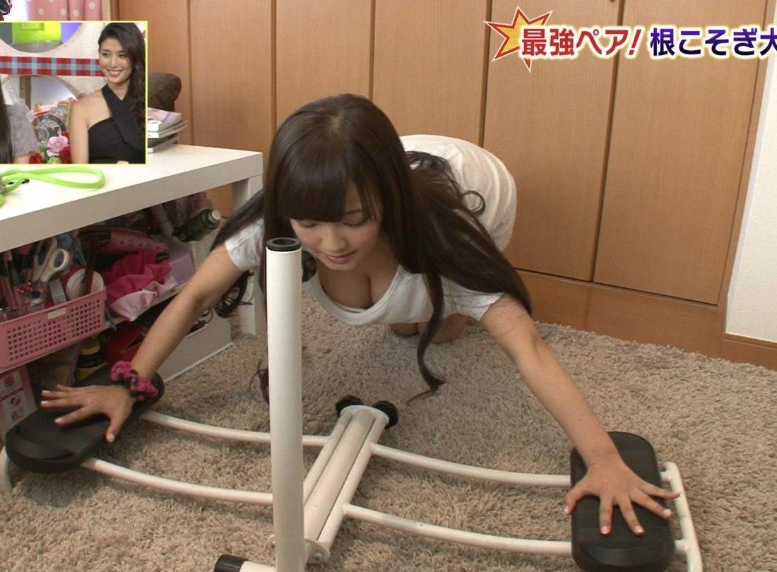 アナウンサーさんの谷間がまる見え☆テレビに映ってるのに無防備過ぎだろwwwwww