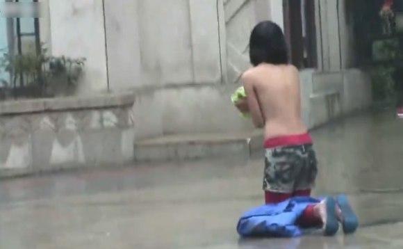 【中国全裸エロ画像】土人かよwww中国の街中で全裸になってる女の姿にエロさを感じないwww その5