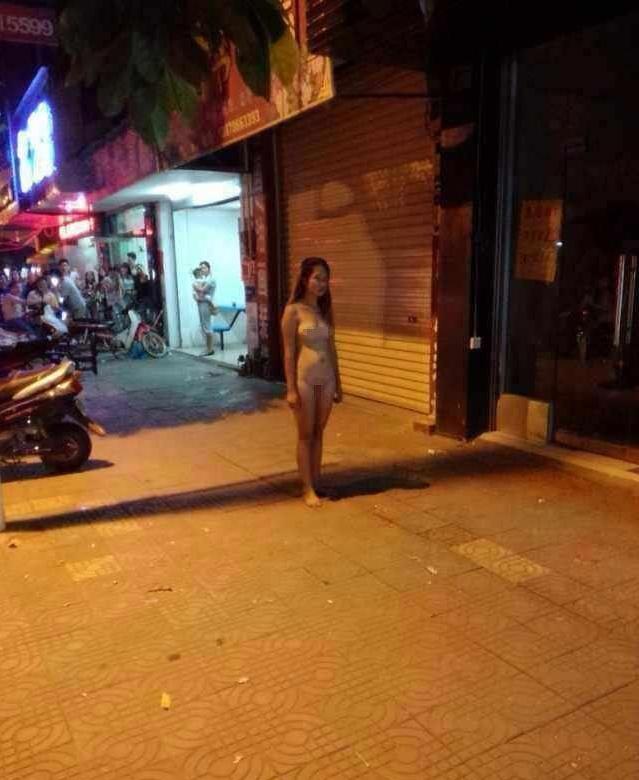 【中国全裸エロ画像】土人かよwww中国の街中で全裸になってる女の姿にエロさを感じないwww その10