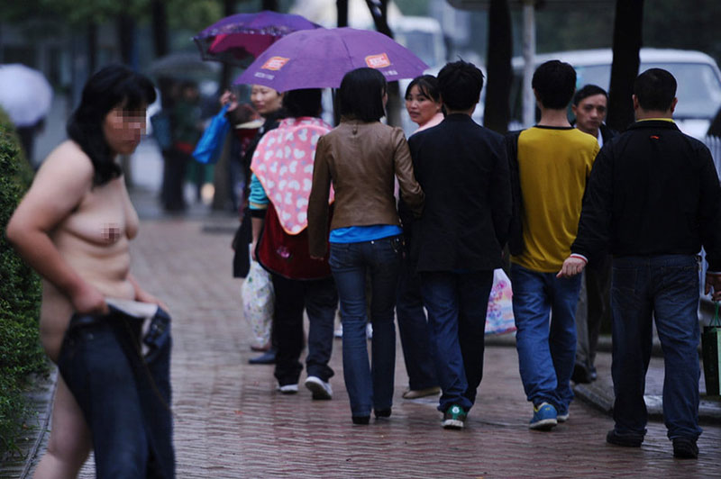【中国全裸エロ画像】土人かよwww中国の街中で全裸になってる女の姿にエロさを感じないwww その12