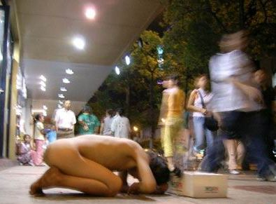 土人かよwwwwww中国の街中で裸になってる女の姿にえろさを感じないwwwwww