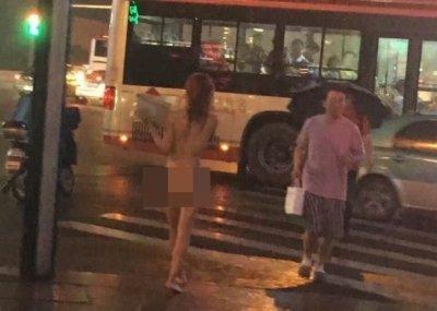 【中国全裸エロ画像】土人かよwww中国の街中で全裸になってる女の姿にエロさを感じないwww その15