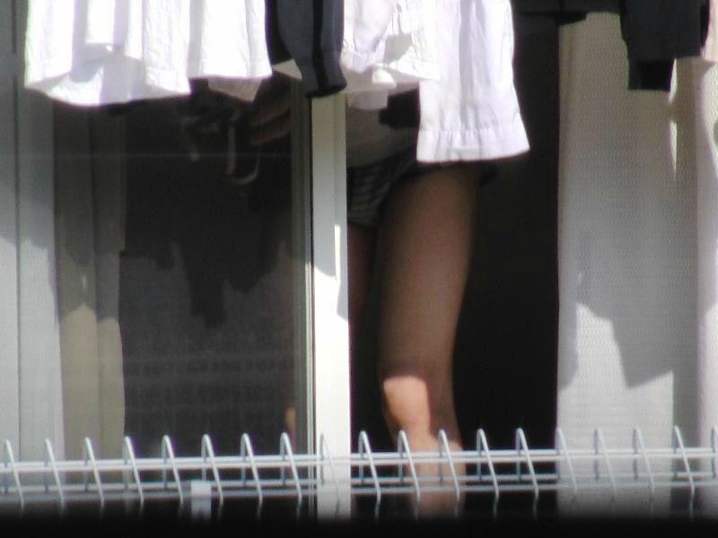 【民家盗撮エロ画像】夜だとここまで覗けるんだなwww窓から覗いた民家の様子が犯罪の匂いしかしねーwww その3