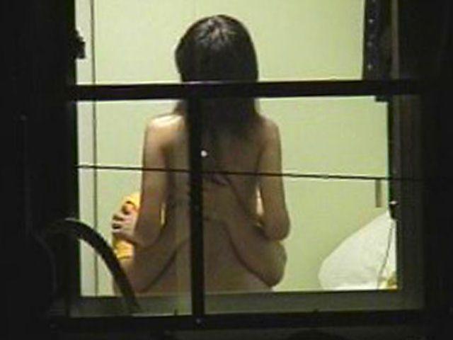 【民家盗撮エロ画像】夜だとここまで覗けるんだなwww窓から覗いた民家の様子が犯罪の匂いしかしねーwww その13