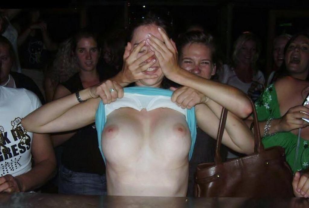 【酔っぱらい外国人エロ画像】酔うとどこでもポロンと捲っちゃう外国人のフレンドリーなおっぱいがほんとすこwww その2