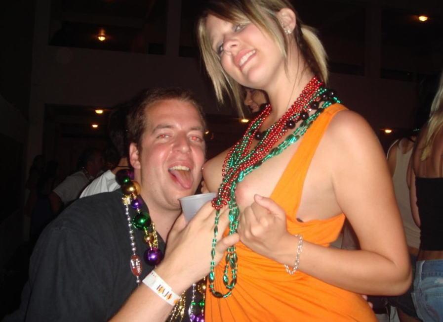 【酔っぱらい外国人エロ画像】酔うとどこでもポロンと捲っちゃう外国人のフレンドリーなおっぱいがほんとすこwww その3