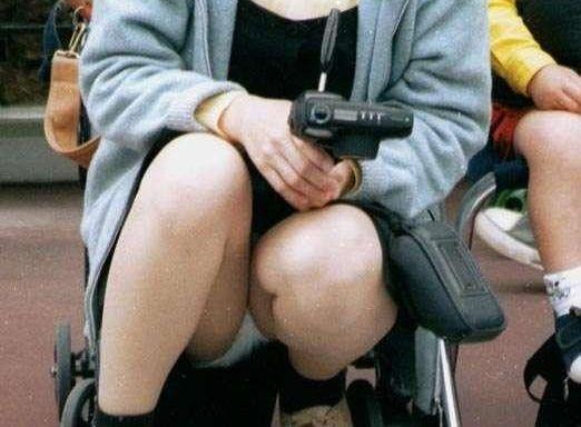 奥さ~ん、子供を連れて外出するときは気をつけましょうねwwwwwwパンツまる見えですよ☆☆☆