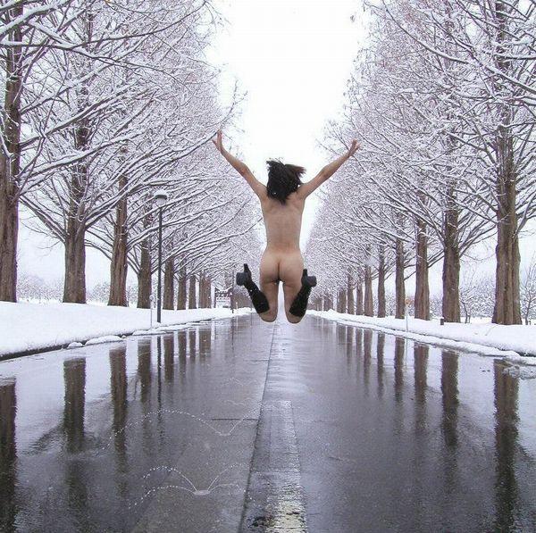 【冬の野外露出エロ画像】ちょwwマンコがしもやけになるwww雪の中の露出狂…なぜそこまで身体を張る!? その15