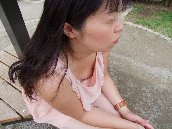 【胸チラエロ画像】前かがみになったお姉さんの胸チラから乳首が見えたらテンションあがるよなwww その1
