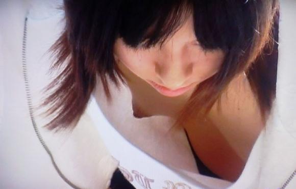 【胸チラエロ画像】前かがみになったお姉さんの胸チラから乳首が見えたらテンションあがるよなwww その5