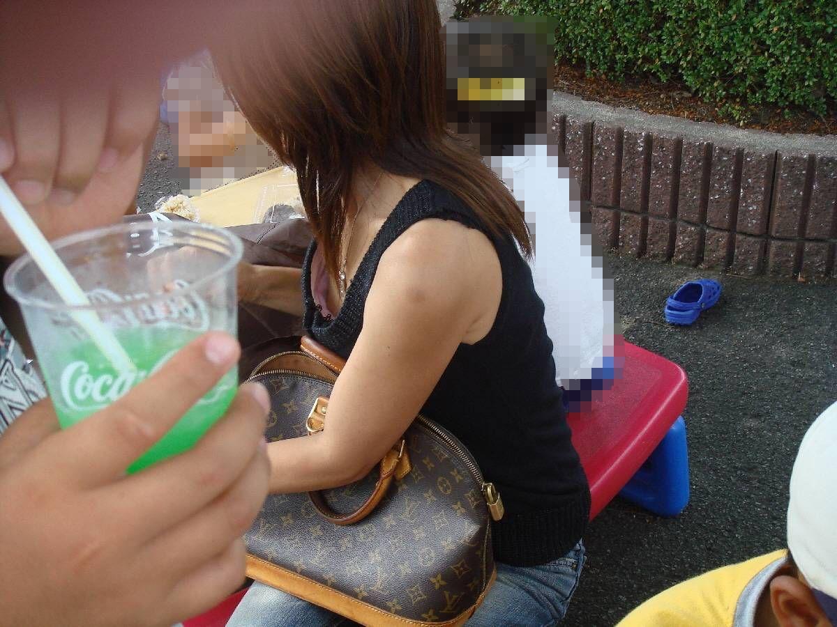 【胸チラエロ画像】前かがみになったお姉さんの胸チラから乳首が見えたらテンションあがるよなwww その15