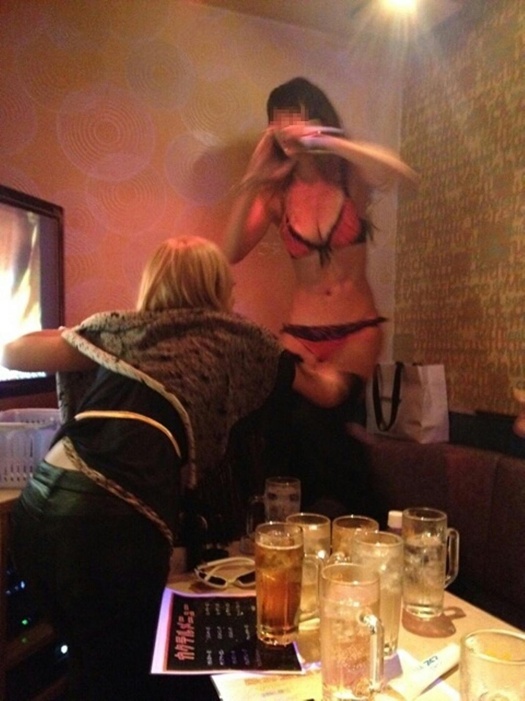 【泥酔おふざけエロ画像】酔っ払ったリア充女子のテンションが本人さえもドン引き…黒歴史となるおふざけエロ画像 その1