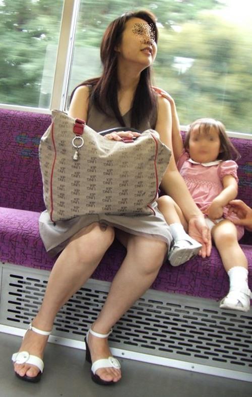 【人妻パンチラエロ画像】パンツもまる見えな人妻さんの股間が眩しすぎて目が離せねーwwww その6