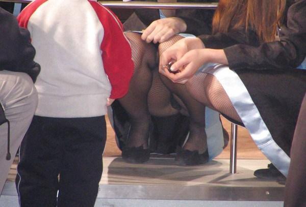 【人妻パンチラエロ画像】パンツもまる見えな人妻さんの股間が眩しすぎて目が離せねーwwww その11