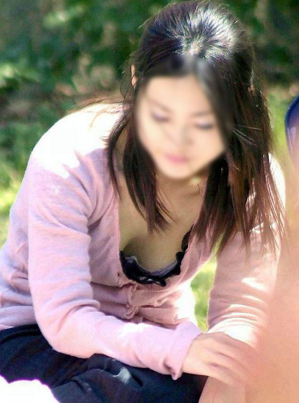 【胸チラエロ画像】早く暖かくなんねーかなwww公園は胸チラで溢れてるぞ!素人の谷間がぐぅシコwww その11