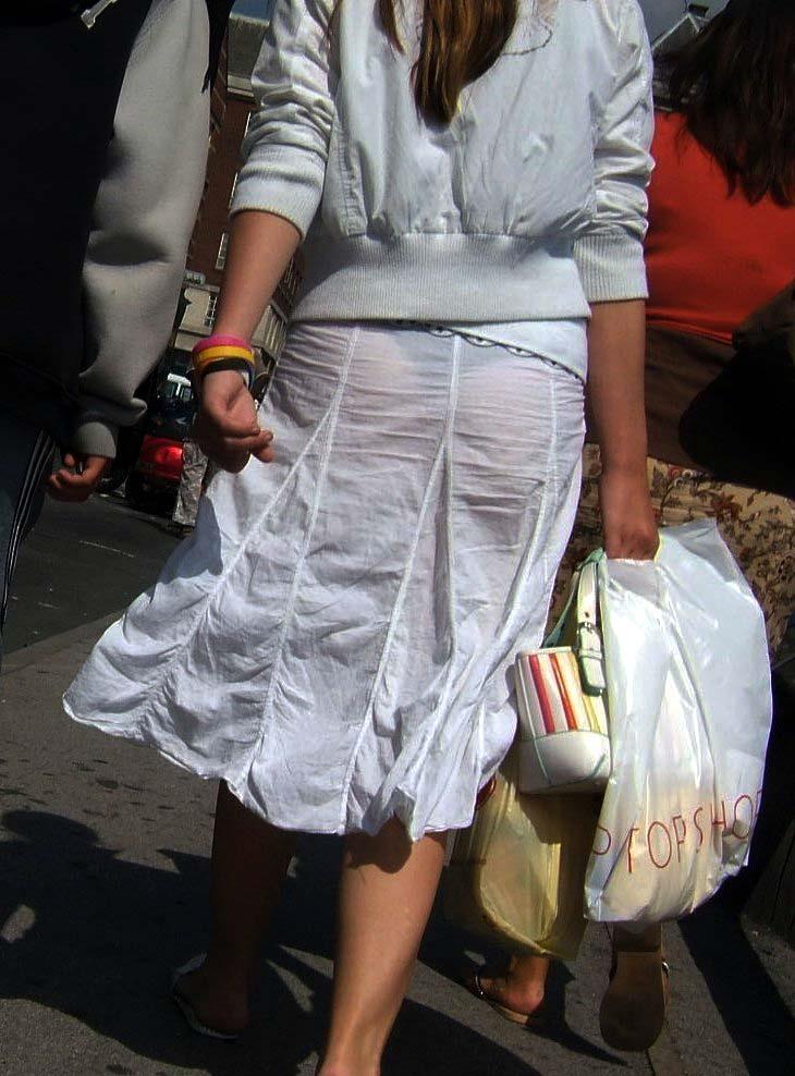 【Tバック透けパンエロ画像】素人なのに過激なパンティー履いてんだなwwTバックのラインがガッツリ透けてるま~んwww その1