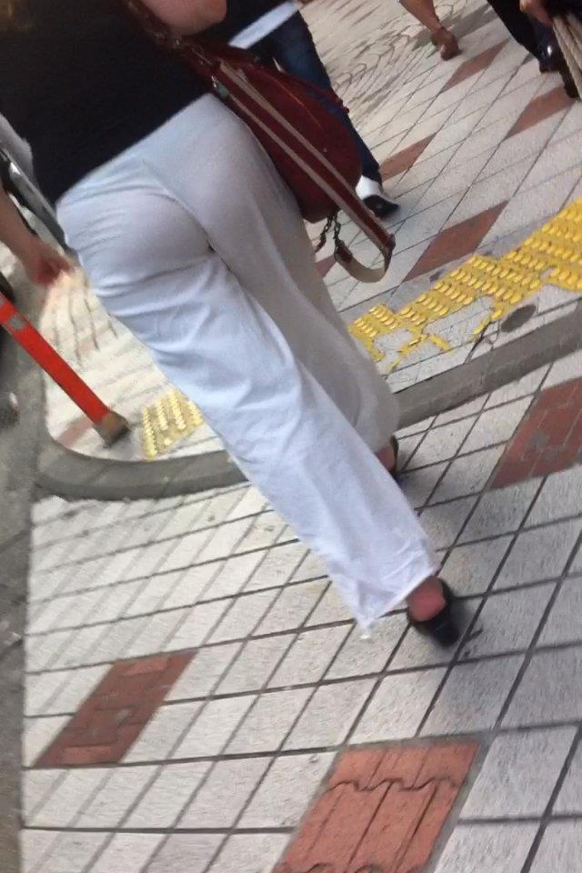 【Tバック透けパンエロ画像】素人なのに過激なパンティー履いてんだなwwTバックのラインがガッツリ透けてるま~んwww その4