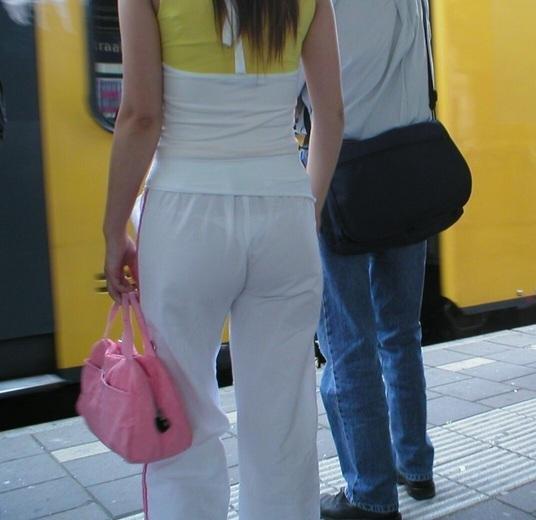 【Tバック透けパンエロ画像】素人なのに過激なパンティー履いてんだなwwTバックのラインがガッツリ透けてるま~んwww その14