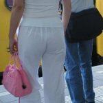 【Tバック透けパンエロ画像】素人なのに過激なパンティー履いてんだなwwTバックのラインがガッツリ透けてるま~んwww