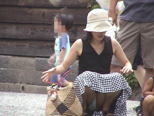 【子連れママパンチラエロ画像】どんな時だって僕達の股間をHOTにしてくれる若ママのパンチラwwww その5