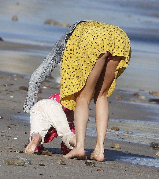 【子連れママパンチラエロ画像】どんな時だって僕達の股間をHOTにしてくれる若ママのパンチラwwww その13