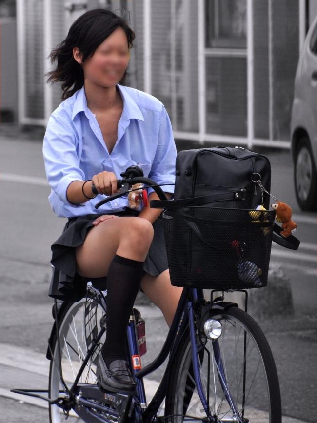 【自転車パンチラエロ画像】自転車で通学する女子高生のキワドイ足元から目が離せねーwww その1