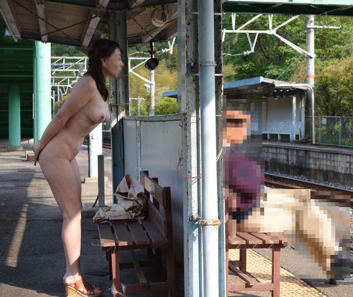 【野外露出エロ画像】なにが変態を惹きつけるのか…駅で裸になる露出狂が多すぎる件wwww その6