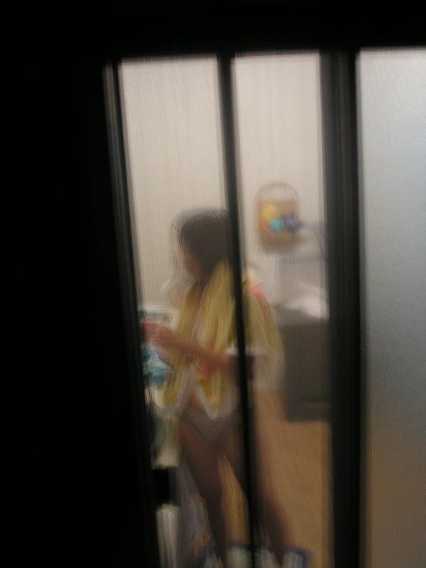 【民家盗撮エロ画像】窓の外からでもこんなに覗ける!?望遠レンズで撮った素人娘の私生活がエロ過ぎるwww その9