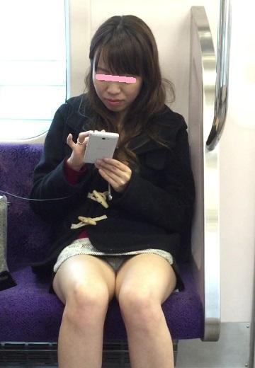 【電車内盗撮エロ画像】電車で座ると無意識に探してしまうデルタゾーン!チラッと見えるパンツがたまらねーwww その2