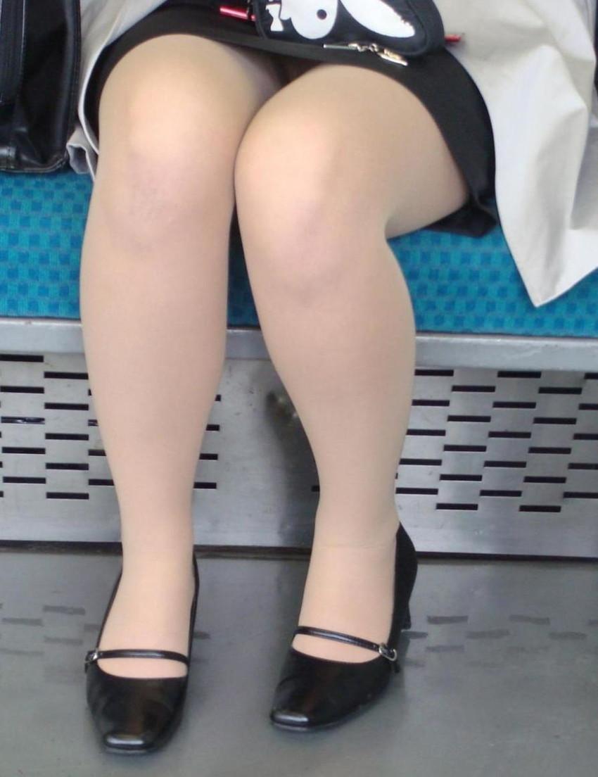 【電車内盗撮エロ画像】電車で座ると無意識に探してしまうデルタゾーン!チラッと見えるパンツがたまらねーwww その7