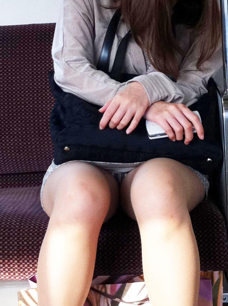 【電車内盗撮エロ画像】電車で座ると無意識に探してしまうデルタゾーン!チラッと見えるパンツがたまらねーwww その9