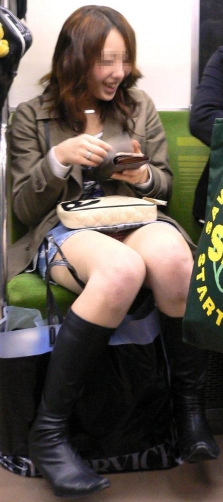 【電車内盗撮エロ画像】電車で座ると無意識に探してしまうデルタゾーン!チラッと見えるパンツがたまらねーwww その11