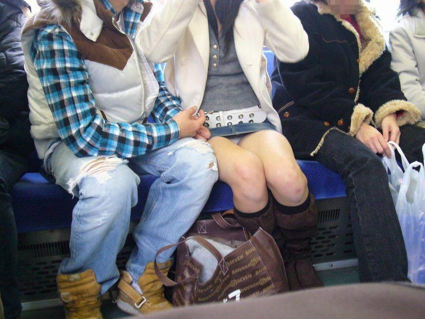 【電車内盗撮エロ画像】電車で座ると無意識に探してしまうデルタゾーン!チラッと見えるパンツがたまらねーwww その14