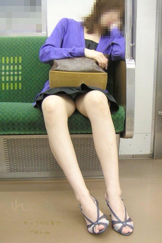 【電車内盗撮エロ画像】電車で座ると無意識に探してしまうデルタゾーン!チラッと見えるパンツがたまらねーwww その15