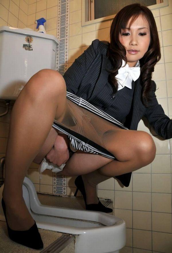 【和式トイレエロ画像】女の子の放尿シーンの中でも和式便所の卑猥さは異常wwウンチングスタイルこそ至高だろww その8
