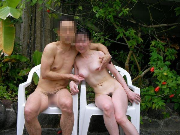 【露出デートエロ画像】裸でデートする変態カップル…人生楽しそうだよなwwww その5