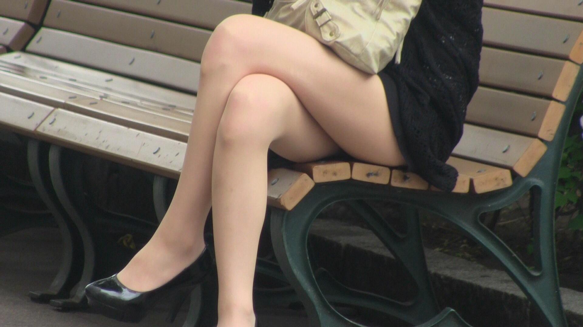 【足組みエロ画像】これはレイプされても文句言えない!街中でこんな足組みしてたら誘ってるとしか思えない美脚のお姉さんwww その5