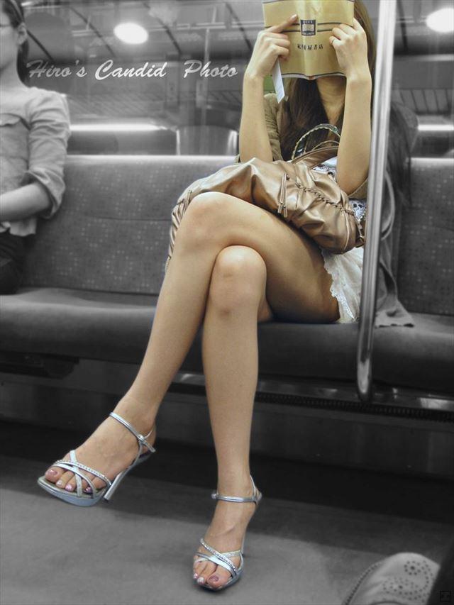 【足組みエロ画像】これはレイプされても文句言えない!街中でこんな足組みしてたら誘ってるとしか思えない美脚のお姉さんwww その6