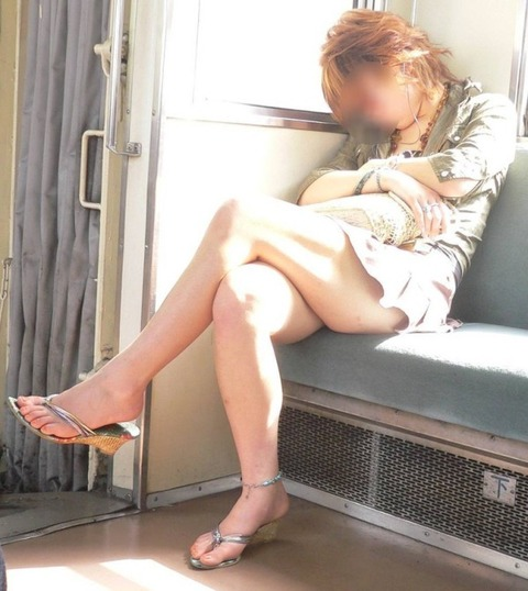 【足組みエロ画像】これはレイプされても文句言えない!街中でこんな足組みしてたら誘ってるとしか思えない美脚のお姉さんwww その7