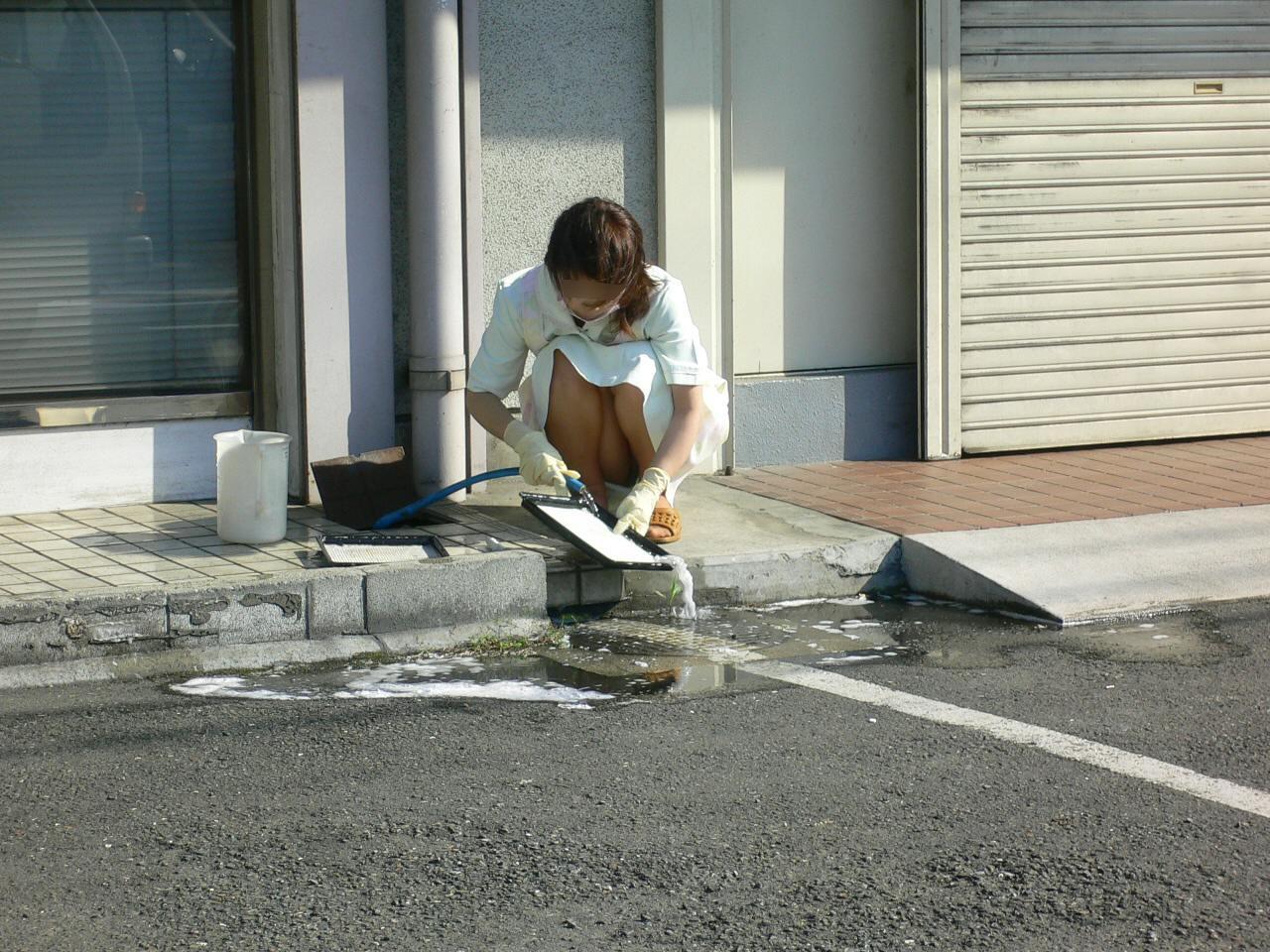 【OLパンチラエロ画像】仕事納めの日はパンチラチャンスで溢れてるぞ!お掃除でしゃがみ込んだOLさんの股間が眩しいwww その5