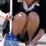【OLパンチラエロ画像】仕事納めの日はパンチラチャンスで溢れてるぞ!お掃除でしゃがみ込んだOLさんの股間が眩しいwww