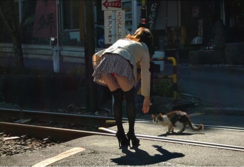 【前屈みパンチラエロ画像】ミニスカで前屈みなってるおねーさん、パンツまる見えなのに気付かないの?痴女レベルのパ○チラがコチラwww(15枚) その1