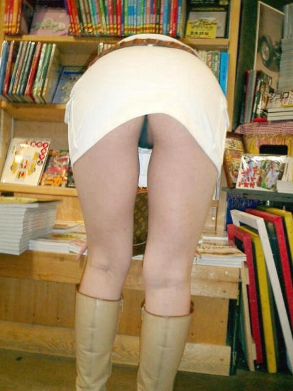 【前屈みパンチラエロ画像】ミニスカで前屈みなってるおねーさん、パンツまる見えなのに気付かないの?痴女レベルのパ○チラがコチラwww(15枚) その3
