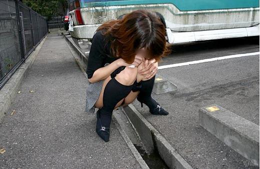 【放尿エロ画像】こんな辱め…女の子の放尿姿がエロ過ぎてチンポがビンビンですよwwww その5