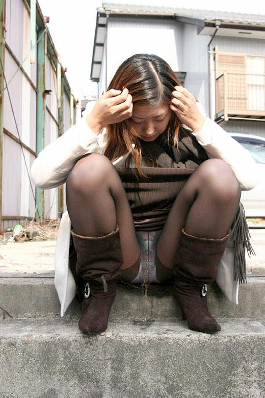 【放尿エロ画像】こんな辱め…女の子の放尿姿がエロ過ぎてチンポがビンビンですよwwww その9