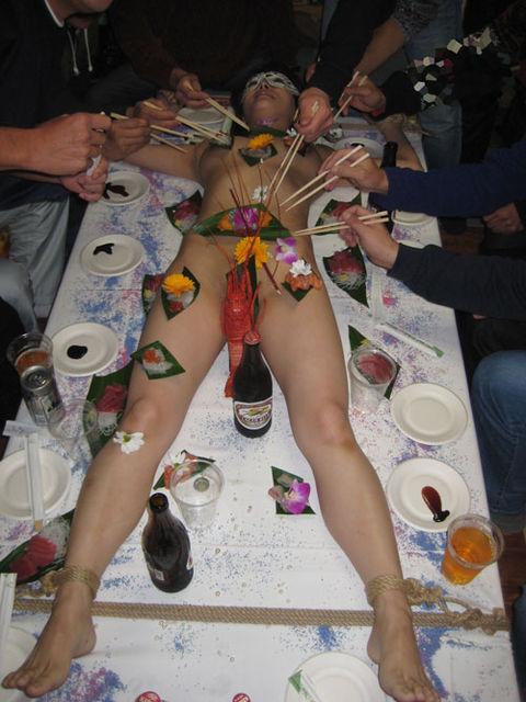 【女体盛りエロ画像】こんなカウントダウンパーティーで年越しを迎えてみたいなwww女体盛りとか言う日本の闇文化www その8