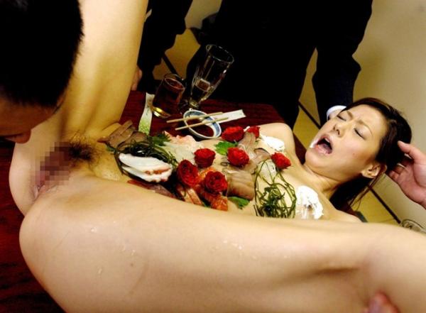 【女体盛りエロ画像】こんなカウントダウンパーティーで年越しを迎えてみたいなwww女体盛りとか言う日本の闇文化www その10