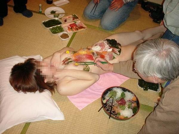 【女体盛りエロ画像】こんなカウントダウンパーティーで年越しを迎えてみたいなwww女体盛りとか言う日本の闇文化www その14